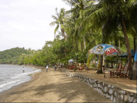Khách sạn Mũi Nai nằm ngay cạnh biển