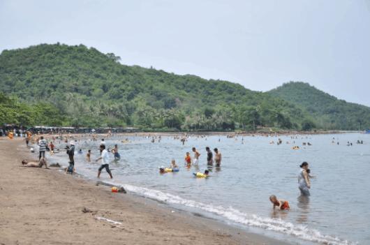 Bãi tắm Mũi Nai khá nhiều du khách đến tắm biển