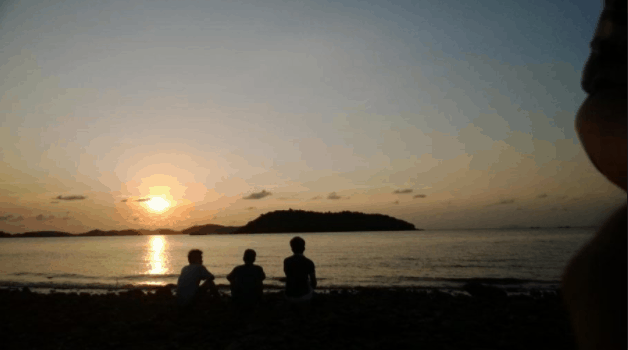 Cắm trại và ngắm hoàng hôn trên biển tuyệt đẹp