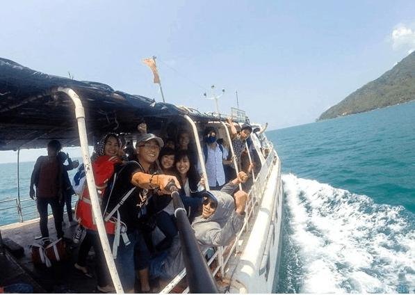 Chuyến tàu đông vui của các bạn trẻ
