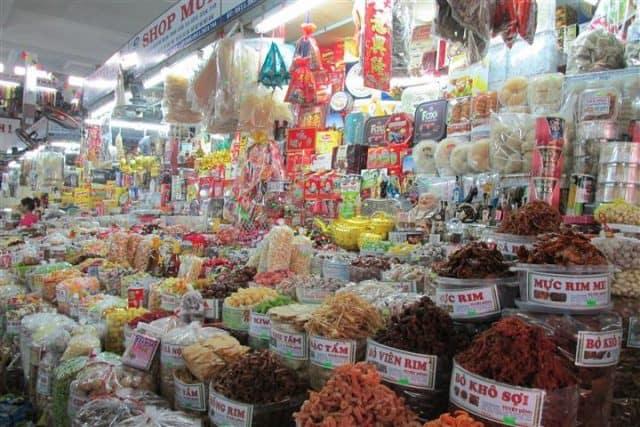 Đồ hải sản khô được bày bán rất nhiều tại đây (Ảnh ST)