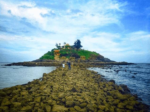 Hình ảnh con đường xuyên biển ra đảo hòn Bà