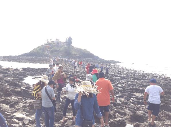 Đi bộ ra đảo cần phải cẩn thận tránh bị hàu cắt vào chân