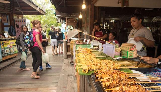 Bạn cũng có thể đi bộ thăm quan chợ nổi Pattaya (Ảnh ST)
