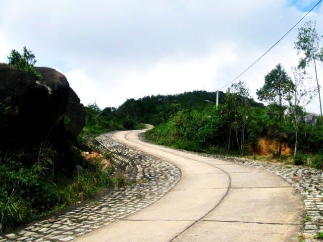 Con đường quanh co lên núi (Ảnh ST)