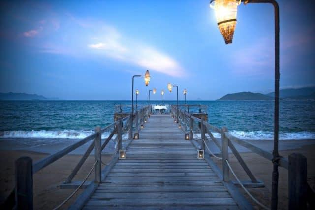 Cuối con đường là một bàn ăn với bữa tối siêu lãng mạn bên bờ biển lộng gió (Ảnh ST)