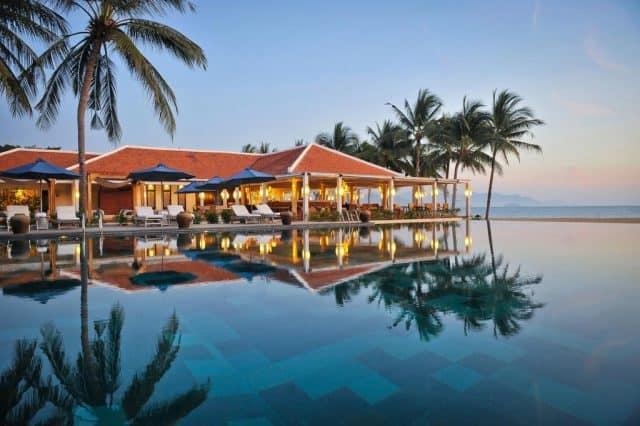 Nhà hàng và hồ bơi ngoài trời liền kề nhau đềucó view biển tuyệt đẹp (Ảnh ST)