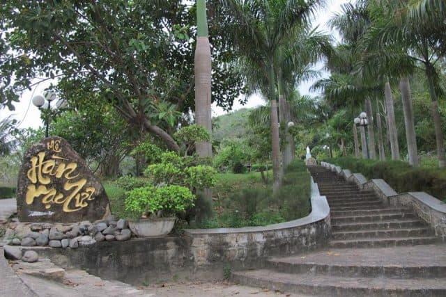 Con đường dẫn lên khu mộ (Ảnh ST)