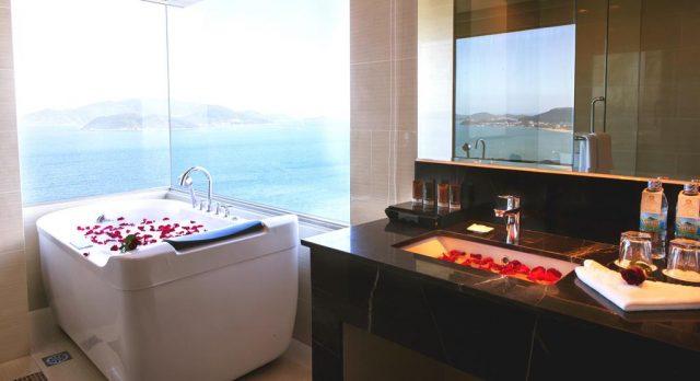 Phòng tắm cũng lãng mạn và có thể nhìn ra biển cùng thành phố (Ảnh ST)