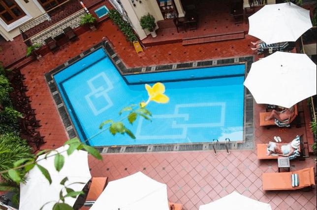 Khu bể bơi ngoài trời trong khuôn viên khách sạn Majestic