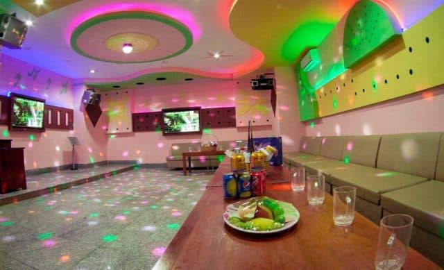Phòng karaoke sẵn sàng phục vụ để du khách xả stress (Ảnh ST)