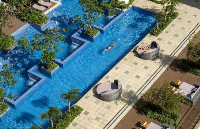 . Ở đây có tới 3 hồ bể bơi ngoài trời trong xanh, mát lành để du khách thư giãn (Ảnh ST)