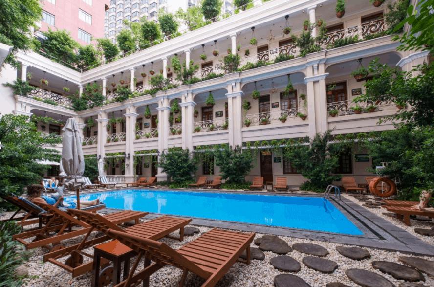 Khu hồ bơi ngoài trời tại khách sạn Grand SaiGon
