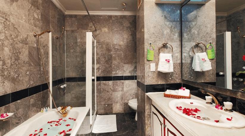 Phòng tắm được trang trí một không gian lãng mạng