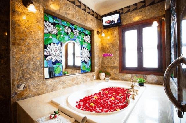 Khu phòng tắm lãng mạng tại khách sạn Majestic