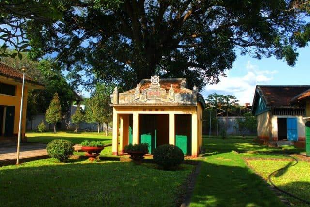 Ngôi miếu nhỏ được xây trong khuôn viên nhà đày (Ánh ST)
