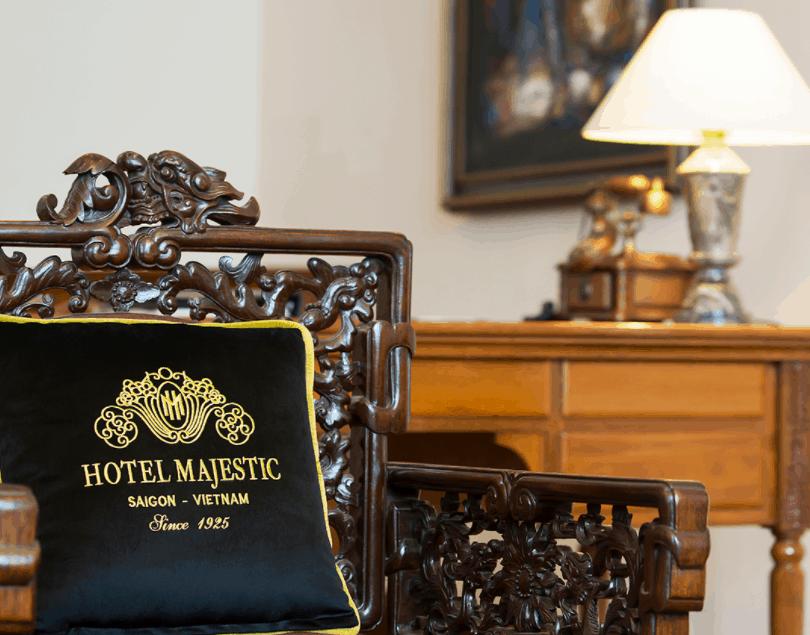 Nội thất phòng nghỉ khách sạn majestic có tông màu nâu cam