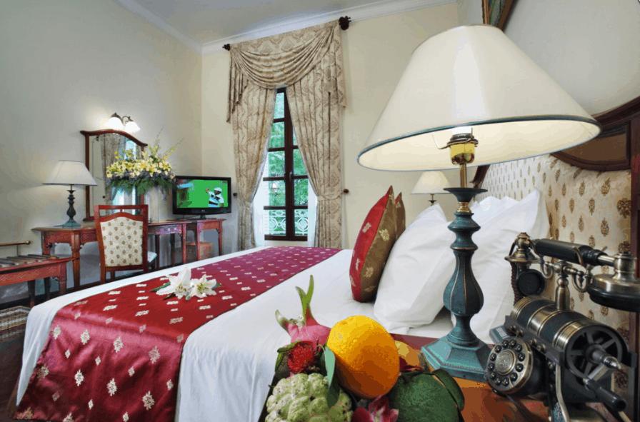 Phòng nghỉ tại khách sạn Grand Saigon có kiến trúc cổ kính kiểu Pháp