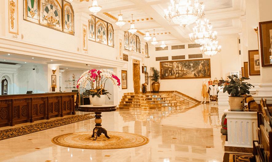 Sảnh chính khách sạn Majestic có lối thiết kế cổ kính