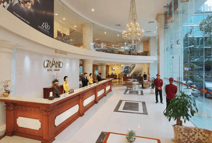 Sảnh lễ tân đón khách đến với Grand Hotel Saigon