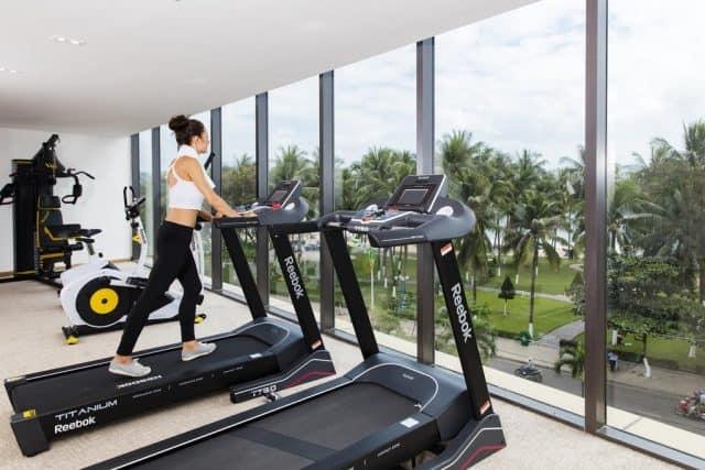 Phòng tập thể dục thể thao với máy móc hiện đại (Ảnh ST)