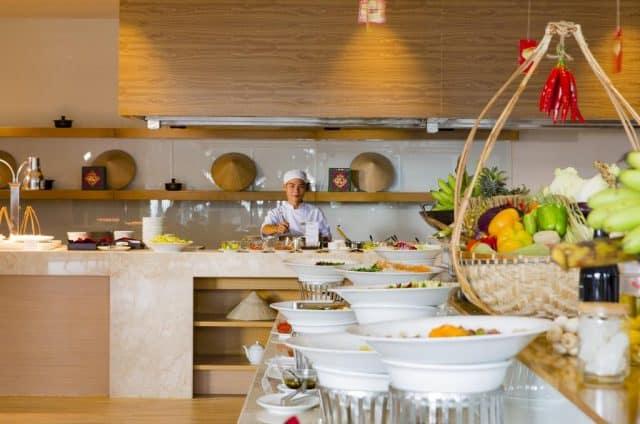 Nhà hàng trong khuôn viên phục vụ hàng loạt món ăn địa phương và quốc tế (Ảnh ST)
