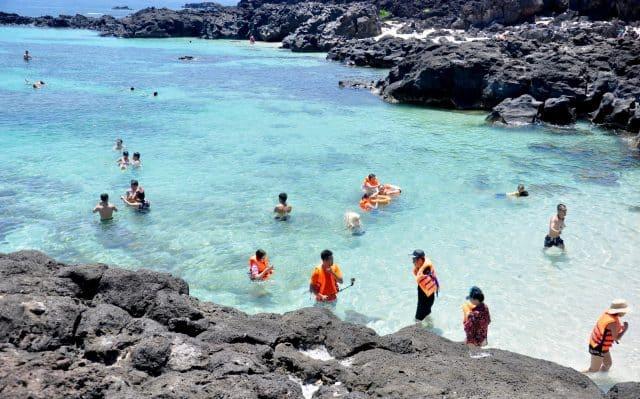 Bãi biển xanh trong trên đảo (Ảnh ST)