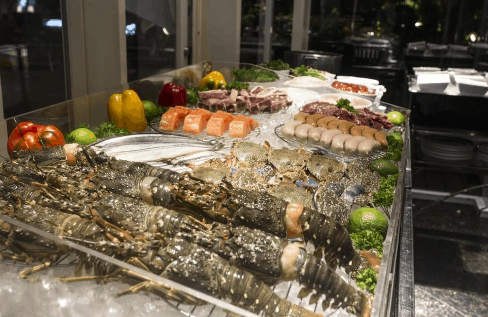 Thưởng thức các món ăn ngon tại nhà hàng tại Lotte Legend Hotel