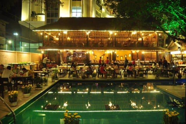 Nhà hàng ngay cạnh hồ bơi tạo sự mát mẻ, thoáng, rộng (Ảnh ST)