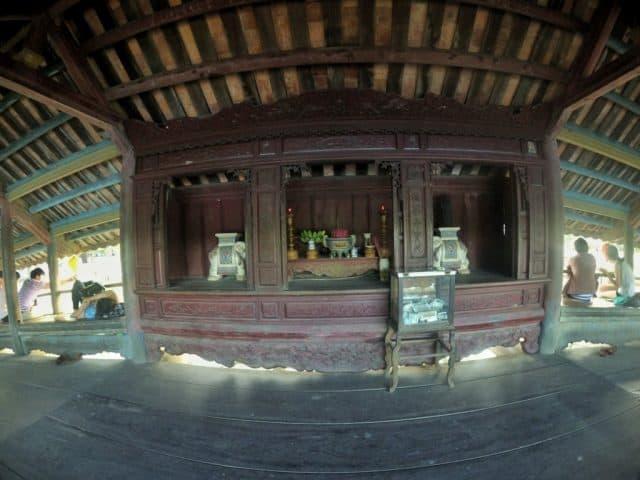 Nơi thờ tự trong cầu ngói Thanh Toàn (Ảnh ST)