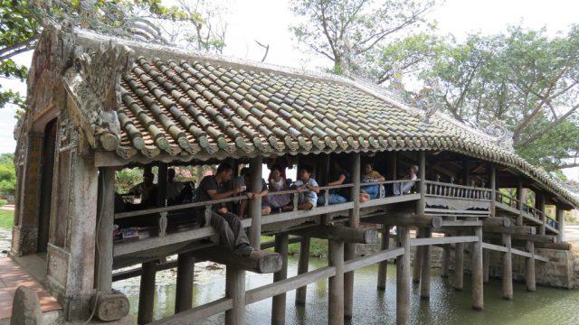 Cây cầu còn là nơi hóng mát của người dân trong mỗi ngày hè (Ảnh ST)