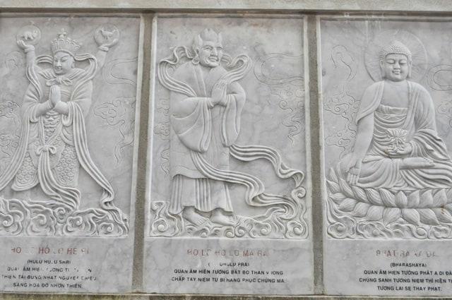 Những phiến đá chạm khắc hình các vị La Hán cũng rất tinh xảo (Ảnh ST)