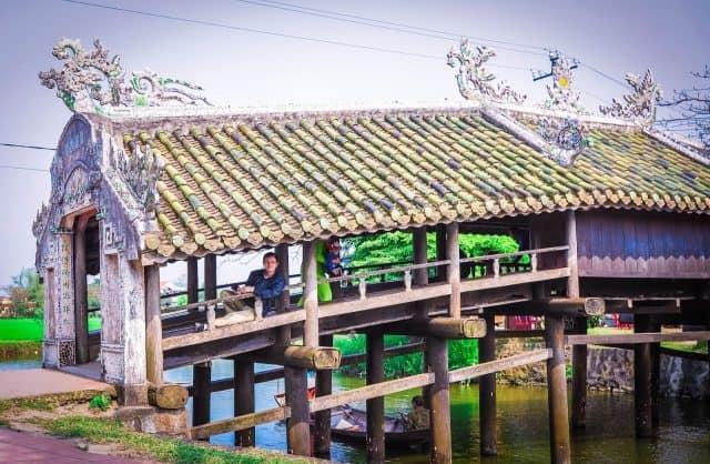 Cây cầu là điểm dừng chân yêu thích của người dân trong làng (Ảnh ST)
