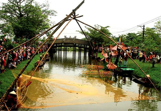 Hội làng tổ chức bên cầu ngói (Ảnh ST)