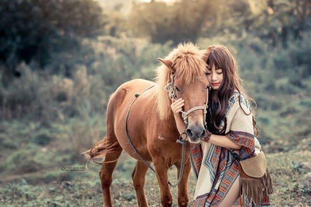Cô bạn hot girl thực hiện một bộ ảnh thảo nguyên độc đáo tại Thuận Phước Field. (Ảnh: ST)
