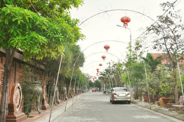 Lối vào chùa được treo rất nhiều đèn lồng đỏ (Ảnh ST)