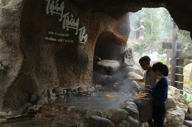 Ở đây còn có nguồn nước nóng sôi tự nhiên để luộc trứng. (Ảnh: ST)