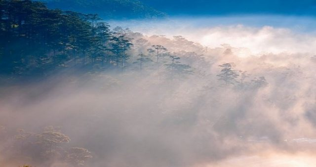 Clouds and mountains coincide fancifully at Thien Phuc Duc hill (Photo: ST)