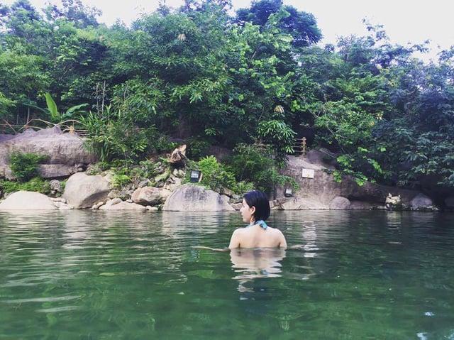 Suối khoáng nóng núi Thần Tài luôn là địa điểm hấp dẫn và thu hút chị em phụ nữ. (Ảnh: ST)
