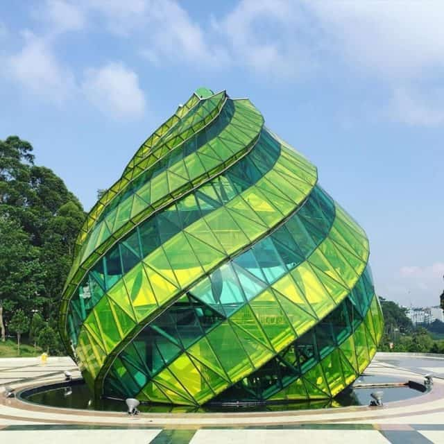 Going to Lam Vien square, you can't help but check in the unique artichoke flower bud