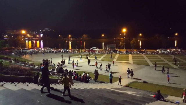 In the evening, people and tourists gather a lot at Lam Vien square