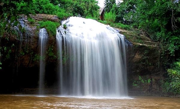 Nằm ở vị trí cửa ngõ đắc địa, thác Prenn luôn được du khách ghé thăm. (Ảnh: ST)