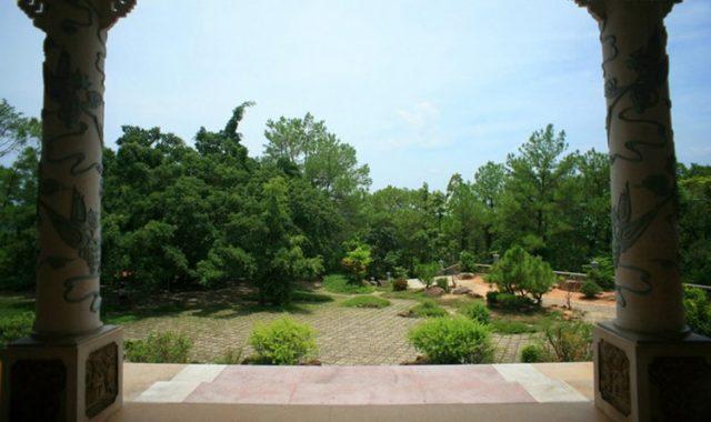 Không gian xung quanh Đan viện Thiên An được bao bọc bằng rất nhiều cây xanh (Ảnh ST)
