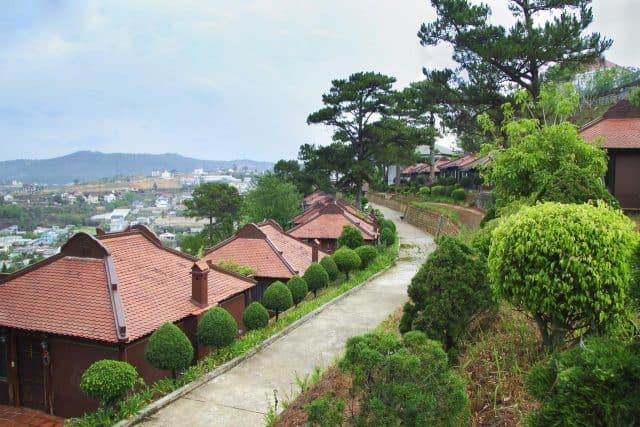 Khuôn viên xanh mát tại resort (Ảnh ST)