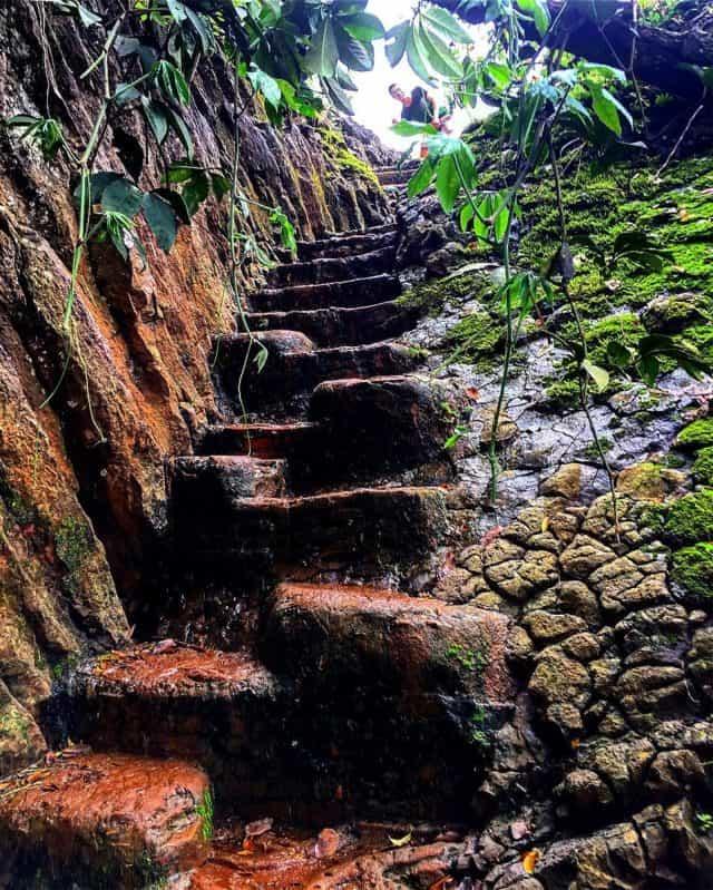 145 bậc tam cấp bằng đá dẫn lên đỉnh thác (Ảnh ST)
