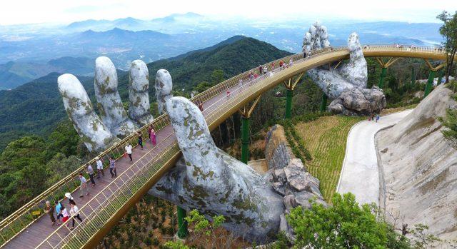 Quang cảnh nhìn từ trên cao của cầu Vàng ở Đà Nẵng (Ảnh ST)