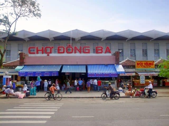Dạo quanh chợ nổi tiếng Đông Ba (Ảnh: ST)