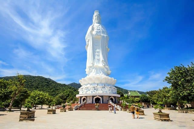 Bức tượng Quan Âm khổng lồ tại chùa Linh Ứng (Ảnh ST)