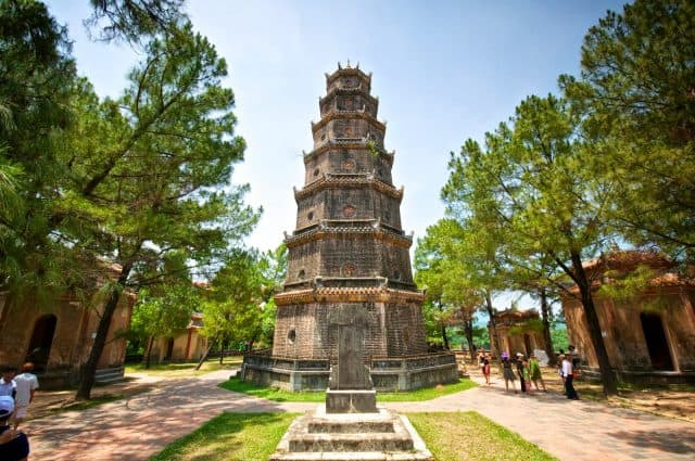 Thăm quan chùa Thiên Mụ (Ảnh: ST)
