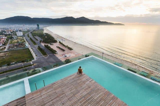 Bể bơi ngoài trời hướng ra biển (Ảnh: ST)